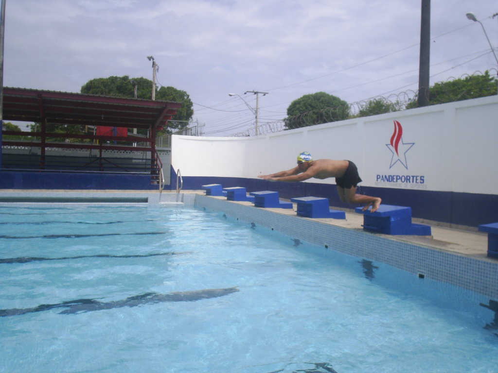 Breve rese a del nadador chitreano johnny javier castillo for Piscina de peces